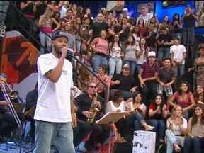 Emicida canta Me dá um dinheiro aí no Altas Horas - Rapper se apresenta no programa com marchinha de Carnaval