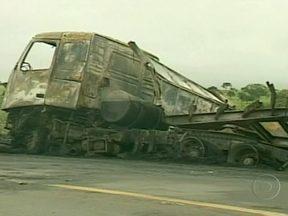 Cinco pessoas morrem em acidente com quatro veículos em Minas Gerais - Durante uma ultrapassagem, um carro atingiu um ônibus em sentido contrário na BR-262, na altura da cidade de Luz. O ônibus acabou batendo em uma carreta e em um caminhão. Os veículos pegaram fogo. Quarenta e três ocupantes do ônibus se feriram.