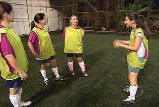 Entre cabeçadas e muitos gols, Maíra Lemos participa de uma 'pelada' só de mulheres - No 'Batendo um Bolão' desta terça-feira, Maíra Lemos joga bola com um grupo apenas de mulheres.