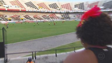 Santa Cruz: folia fora do Arruda e treino em campo - Torcedores brincam e jogadores pegam no pesado durante o carnaval