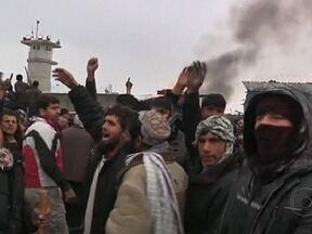 Multidão protesta contra queima de cópias do Alcorão por soldados estrangeiros - Os manifestantes protestaram contra a informação de que soldados estrangeiros teriam queimado cópias do Alcorão, o livro sagrado dos muçulmanos. A multidão jogou pedras contra a base militar americana.