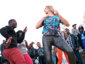 Fernanda Lima visita Portugal e Angola e descobre segredos da dança kuduro - Apresentadora arrisca uns passos no meio dos dançarinos africanos e portugueses