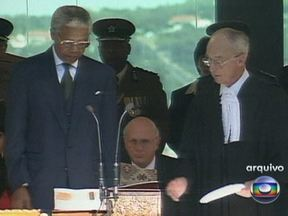 Nelson Mandela é hospitalizado neste sábado (25) - O ex-presidente da África do Sul foi hospitalizado neste sábado (25). Mandela foi submetido a uma cirurgia exploratória depois de se queixar de dores abdominais. Segundo o governo sul-africano, ele deve ter alta até segunda-feira (27).