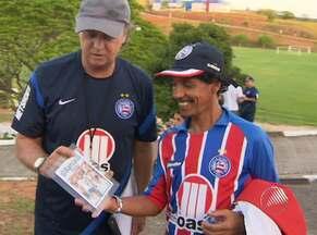 Falcão recebe presente de torcedor do Bahia - Técnico ganhou uma foto-montagem pelos bons resultados conquistados em 30 dias no clube.