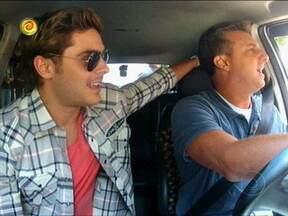 Zac Efron entra no táxi e é perseguido por fãs - Admiradores do astro tentam acompanhar o carro de Luciano Huck