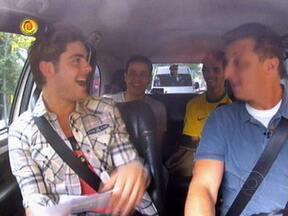 Passageiros do táxi ganham objetos pessoais de Zac Efron - Pessoas respondem perguntas de Luciano Huck e recebem brindes do astro americano