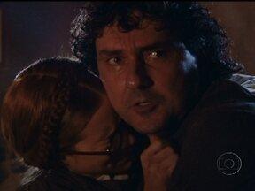 Ana Francisca e o pai são atacados por grileiros - Ele avisa que o Coronel Leitão veio grilar suas terras, e a manda fugir. Ana é perseguida, mas se joga no rio e consegue fugir
