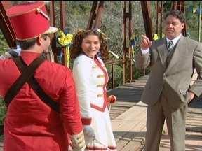 Terencio avisa a Olga que a fanfarra terá que se atrasar - Ele revela que o prefeito e Jezebel ainda não chegaram ao palanque