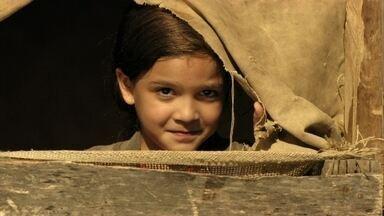Rita conhece Batata - As crianças trabalham no lixão e uma delas esconde dinheiro de Nilo. Rita repara em um menino que brinca com outras crianças e assim acaba conhecendo Batata. Nilo aparece e dá fim à diversão das crianças