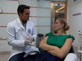 Angélica vai ao consultório de Carlos Machado - O ator conta como se divide entre duas profissões