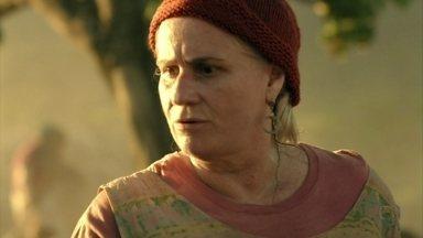 Lucinda vai atrás de Rita - Preocupada com a criança, a catadora resolve seguí-la até o Maracanã