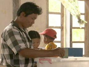 Partido de oposição tem vitória histórica em Mianmar - Pela primeira vez em 20 anos, a população pode votar em um partido da oposição. A liga nacional pela democracia levou 40 das 45 cadeiras do parlamento. A ganhadora do prêmio Nobel da Paz de 1991, Aung San Suu Kyi, está à frente da oposição.