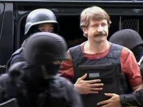 """Justiça dos EUA condena """"mercador da morte"""" a 25 anos de prisão - O russo Viktor Bout é acusado de vendar armas para terroristas da Colômbia que queriam atacar alvos americanos. O governo dos Estados Unidos afirma que ele foi o maior traficante de armas do mundo."""