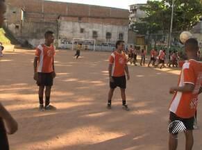 Projeto social transforma vida de crianças na Estada da Rainha - Projeto mistura música com futebol. Confira reportagem completa.