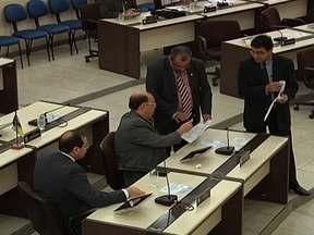 Fantástico descobre parlamentares ganhando 18 salários por ano - Tem Assembleia Legislativa colocando mais de R$ 1 milhão por ano à disposição de cada deputado. Quando o Show da Vida pede explicações, os parlamentares fogem.