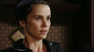 Cap 06/04 - Cena: Nina fica nervosa na presença de Carminha - Relembrando o passado das duas, a cozinheira não consegue agir com naturalidade