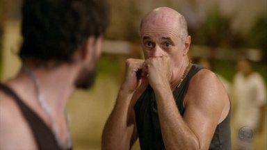 Cap 06/04 - Cena: Leleco defende Tessália de Jair - Agradecida, a moça se encanta com a atitude do homem