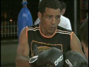 A história de um lutador - Pedro Ferreira da Silva, ex-pugilista, trabalha pesado enquanto treina para voltar a lutar, agora no MMA