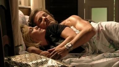 Carminha e Max se encontram - A megera dá dinheiro para o amante e afirma que Nina está com os dias contados em sua casa. Max quer convencer Tufão investir em um resort