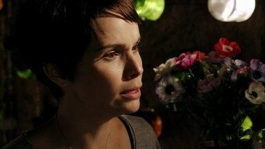 Nina briga com Lucinda - Ela quer saber como Batata foi parar na casa de Carminha e afirma ter perdido a confiança em Lucinda. Robson escuta a conversa das duas