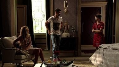 Jorginho surpreende Nina e Carminha falando dele - A cozinheira faz de tudo para agradar a patroa. Carminha pergunta o que Nina acha do casamento de Jorginho e Débora, deixando a moça sem graça