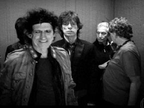 Rolling Stones completa meio século de fúria de alegria - Tudo começou quando dois amigos se encontraram numa estação de trem e descobriram ser fãs de blues e rock. Agora, 50 anos depois, Mick Jagger e Keith Richards comemoram o aniversário da maior banda de todos os tempos, mantendo o estilo e atitude.