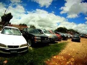 Carros roubados são comercializados em feira na capital da Bolívia - Em La Paz, a capital administrativa da Bolívia, acontece a maior feira de carros do país, que fica ao lado do aeroporto internacional, num lugar de ruas estreitas. Sem qualquer fiscalização, veículos antigos e novos de todas as marcas são negociados.