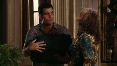 Adauto resolve deixar a casa de Muricy - O rapaz fica incomodado com a família da amada e Carminha fica aliviada com a decisão do rapaz. Muricy ameaça sair de casa para morar com Adauto. Ivana se preocupa com Max