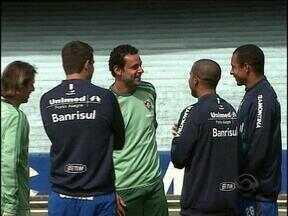 Encontro de tricolores no Olímpico: jogadores de Grêmio e Fluminense conversam após treino - Após o treino do Grêmio, foi a vez do Fluminense utilizar o gramado do estádio Olímpico para se preparar para o confronto contra o Inter nesta quarta-feira.