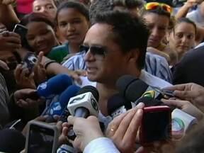 Filho do cantor Leonardo passa por oito horas de hemodiálise - Pedro ainda corre risco de vida. Alguns fãs fazem vigília na frente do hospital. Ficou para quarta-feira (25) uma decisão da família sobre a transferência de Pedro para um hospital em São Paulo.