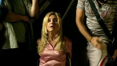 Carminha produz foto para enviar a Tufão - A megera critica Moreira, que começa a perder a paciência, e faz Tubarão e Serjão posarem ao seu lado com armas na mão