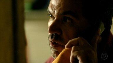 Moreira pede resgate a Tufão - A família do jogador recebe a foto forjada por Carminha e se desespera, pois estão sem dinheiro em espécie. Max sugere que eles peguem dinheiro do cofre da empresa. Nina chega e todos a encaram com desconfiança