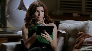 Verônica tenta fotografar Cadinho - Ela quer tirar uma foto do marido com Débora e mandar para suas amigas, mas Cadinho a impede