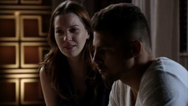 Jorginho pede um tempo a Débora - Ela se surpreende quando o jogador revela que tem outra mulher em sua vida