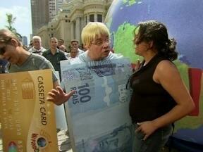 O dinheiro e o cartão querem saber quem é o mais amado - Dupla pergunta para o povo o que eles fariam por dinheiro
