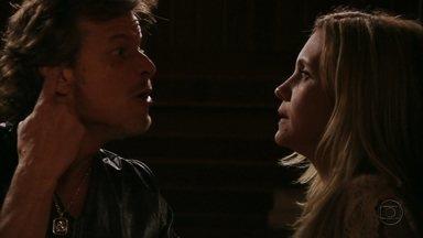 Carminha e Max discutem - Ele fica furioso ao descobrir que a amante mentiu sobre o dinheiro que Tufão deu para a reforma da casa de praia e ameaça romper com ela