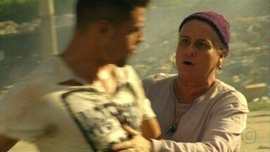 Lucinda encontra Jorginho brigando com Nilo - Provocado, o jogador perde a paciência e agride Nilo. Lucinda leva Jorginho para casa e cuida dele