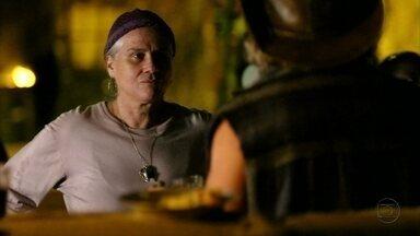 Lucinda procura Nilo - O catador confessa que vendeu uma informação sobre Rita para Carminha