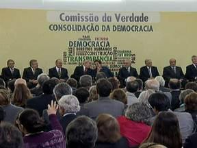 Integrantes da Comissão da Verdade tomam posse em Brasília - A presidente Dilma Rousseff se emocionou ao defender o direito de o Brasil conhecer em detalhes o que aconteceu com os desaparecidos políticos. A Comissão da Verdade terá dois anos para apresentar um relatório sobre a violação dos direitos humanos.