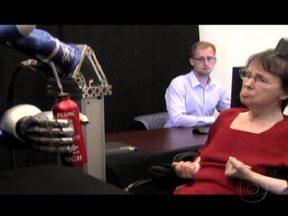 Pesquisadores conseguem novos avanços no tratamento de paralisia cerebral - Cientistas americanos criaram um braço mecânico que consegue executar ordens complexas e sofisticadas enviadas pelo cérebro. Eles estão estudando uma versão do equipamento sem fio.