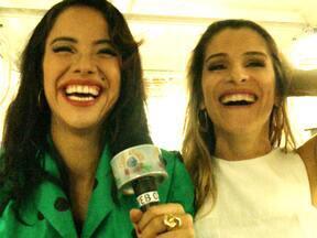 Ingrid Guimarães e Miá Mello batem um papo nos bastidores do Casseta - A caminha da gravação, elas descobrem afinidades e falam sobre a vida pessoal