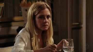 Carminha se irrita com a família - Ela discute com Ágata e Tufão repreende a esposa