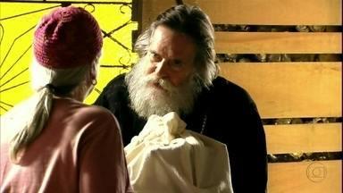 Nilo procura Lucinda - O catador vai até a casa de Lucinda e avisa que tem um presente para ela