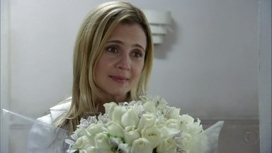 Carminha decide procurar Rita - Nina liga para Betânia e deixa Zezé desconfiada. Carminha vai até o apartamento de Nina em Copacabana