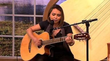 """Queila Ribeiro solta a voz cantando uma de suas músicas - O É Bem MT recebe a grande cantora Queila Ribeiro cantando a sua música """"Ama""""."""