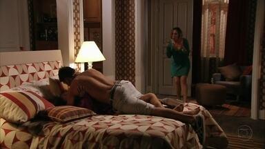 Monalisa flagra Iran com Suelen - Olenka convence a amiga a acompanhá-la até o pagode no bar de Silas, mas Monalisa desiste no meio do caminho e volta para casa. Ela pega Iran e Suelen na sua cama