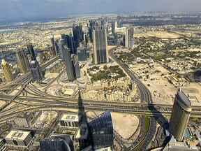 Dubai se torna sinônimo de riqueza, modernidade e ostentação - Tudo começou com o petróleo, que trouxe muitos recursos. Com dinheiro sobrando, foi preciso apenas vontade e muita imaginação. Dubai tem o maior shopping center do mundo, o hotel mais luxuoso e o prédio mais alto do planeta, o Burj Khalifa.