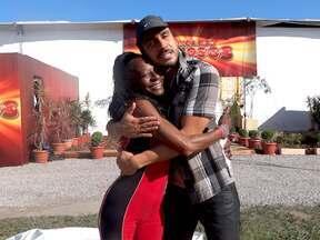 Julio Rocha dedica dança para camareira - Gustavina consertou a mochila do ator sem ele saber.