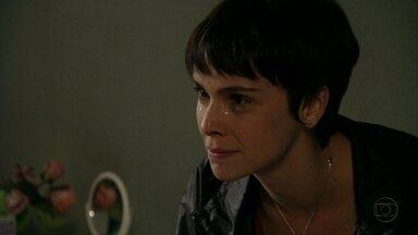 Nina reconhece que se envolveu com família de Tufão - Ela agradece Betânia pela ajuda e avisa que faz questão de depositar o dinheiro de Carminha na conta da amiga. Betânia aconselha Nina a repensar seus planos de vingança