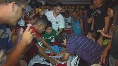 Jogadores do Santa Cruz agitam comunidade em noite de autógrafos - Alguns jogadores tricolores, bicampeões estaduais, comparecem a evento no bairro de Maranguape, em Paulista, na Região Metropolitana do Recife